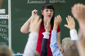 Учительские зарплаты следует увеличить вдвое