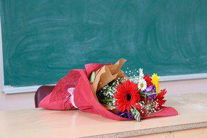 Врачам и  учителям запретят получать любые подарки, кроме цветов и канцелярских товаров