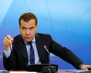 Медведев: Зарплата учителя должна быть выше 70% от средней по региону