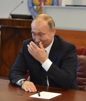 Путин поручил разработать комплекс мер для повышения статуса учителя