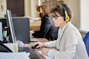 Специалисты горячей линии по вопросам среднего профессионального образования продолжают консультировать преподавателей, студентов и их родителей