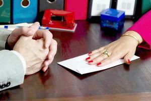 «Просила покупать мне дорогие подарки»: учителя о взятках и «проблемных» родителях