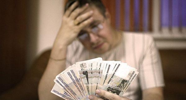 Учителям в Санкт-Петербурге сократили зарплату на 7-12 тысяч рублей